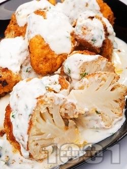 Паниран карфиол в галета и яйца със сос от кисело мляко и магданоз - снимка на рецептата